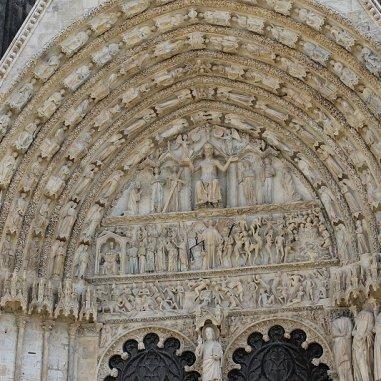 Façade Occidentale de la cathédrale et son tympan aux 5 portails : vous observez le Portail du Jugement Dernier