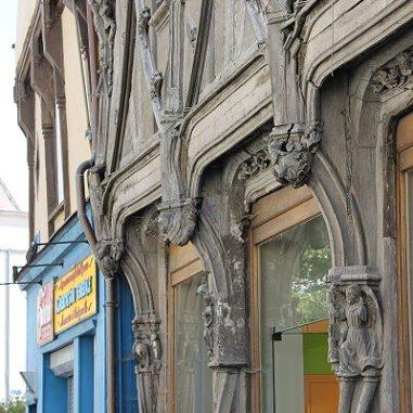 Une remarquable architecture en bois et à la fois étonnante, à observer pour ses moult détails en terme de décoration. Anges qui cohabitent avec des personnages singuliers