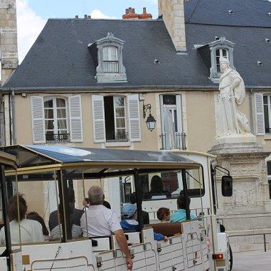 Puis le cheminement en cours s'arrête un moment, devant la statue de Jacques-Cœur. Lui fait face le magnifique monument gothique du XVe siècle, également l'un des monuments les plus remarquables de Bourges : le Palais Jacques-Cœur. Nous observons la statue depuis la Place Jacques-Cœur