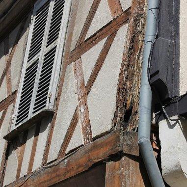"""Les demeures à colombages de Bourges sont construites en encorbellement sur """"poteau élargi"""", limitant la saillie de l'étage par rapport au rez-de-chaussée. Ces colombages présentent essentiellement la """"Croix de Saint-André"""", spécimen très reconnaissable et d'une finesse magnifique. Puis des losanges. Le rez-de-chaussé se présente généralement occupé par un ouvroir (boutique) et d'une pièce de service telle une cuisine, à l'arrière. Les pièces d'habitation sont à l'étage et on y accède par un escalier à vis, souvent établi dans un couloir latéral qui menait soit sur un atelier ou une coure"""